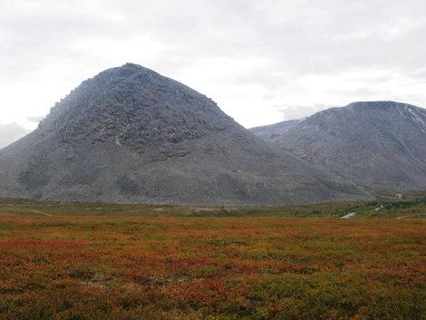 Священная гора шаманов. Вокруг нее могилы шаманов, последние совсем недавние