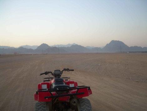 Одинокий квадроцикл в песках
