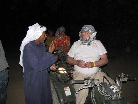 Бедуин что-то впаривает американскому дядьке
