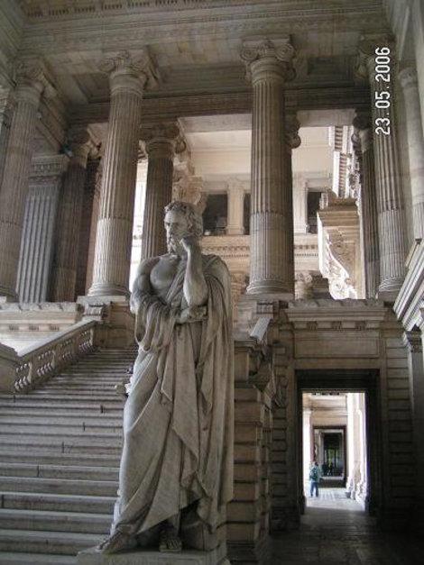 Внутри Дворца Правосудия