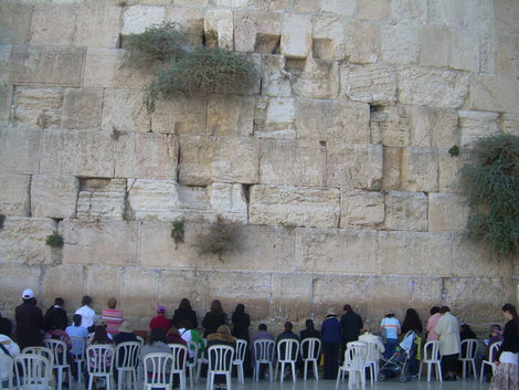 Стена плача и тусующийся под ней народ
