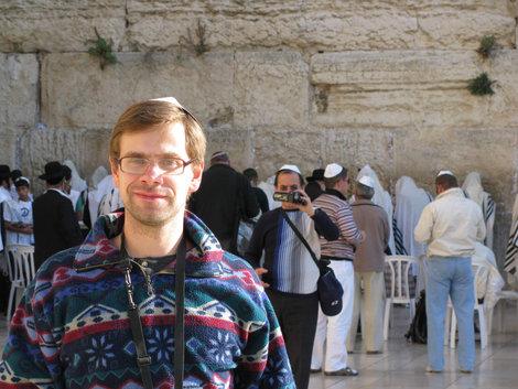 Автор на фоне той стены