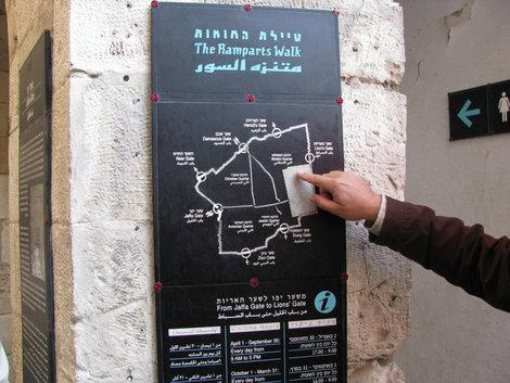 Указующий перст экскурсовода на карте старого Иерусалима