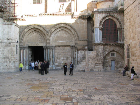 Перед храмом Гроба Господня