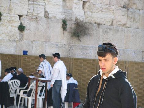 Богопослушный еврейский юноша у стены Плача