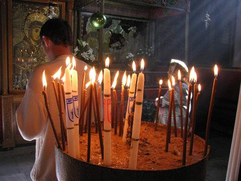 Свечечки в храме Рождества (каждая горит, в среднем, минуты две, потом приходит мальчег и их собирает)