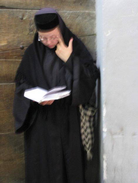 Монашка повышает культурный уровень