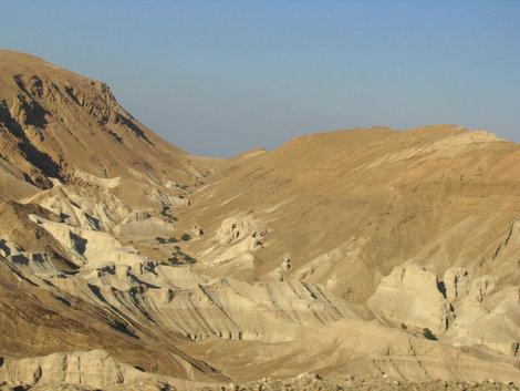 Путь к Мертвому морю: зловещее ущелье (приглядитесь, там черепа)