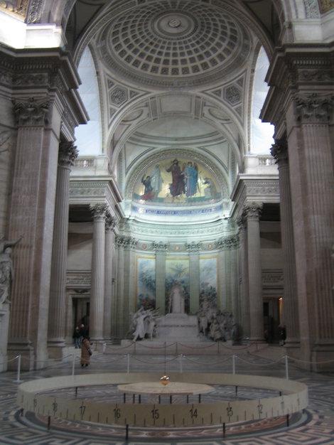 в отличие от Исаакиевского собора, в Пантеоне маятник Фуко висит до сих пор