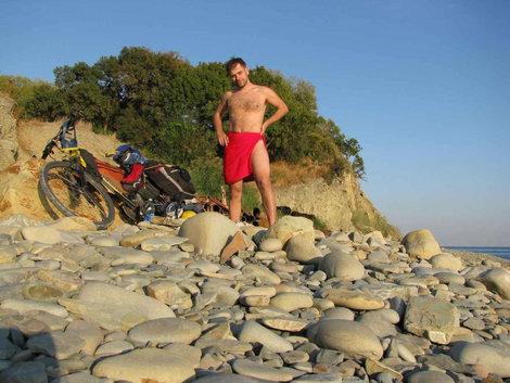 Скакал голым по пляжу