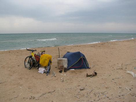 Терзаемая ветром палатка