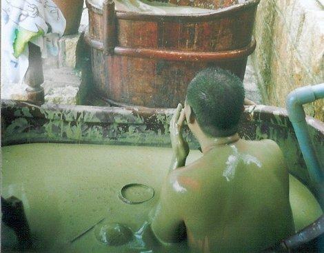 японец в грязевой ванне