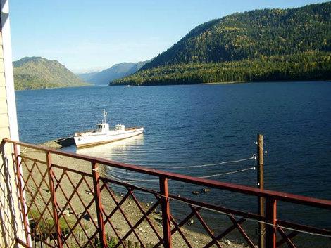 Вид на Телецкое озеро с балкона.