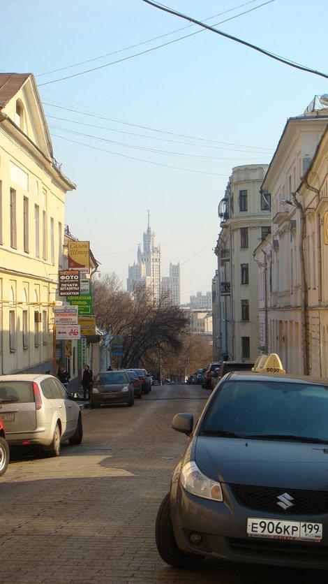 Спасоглинищевский переулок со стороны Маросейки. Вид на высотку на Котельнической набережной