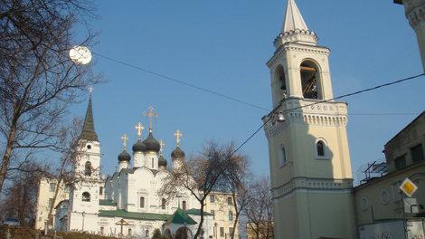 Вид с улицы Забелина на церковь св.Владимира и колокольню монастыря