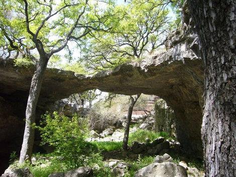 Природный мост рядом со входом в пещеры.