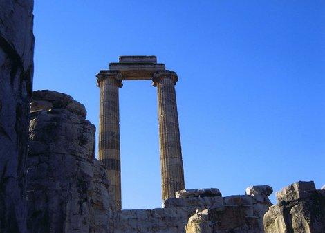 Две сохранившиеся колонны храма