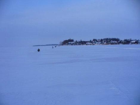 Провешенная ледовая трасса к острову Талабск (Залита)