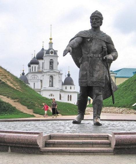 Площадь перед Дмитровский Кремлем