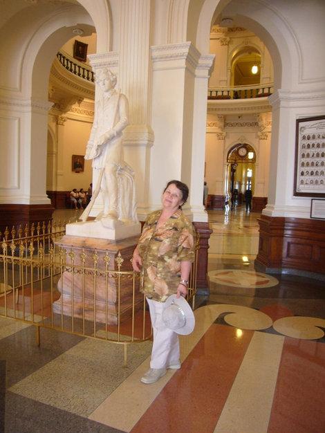 В вестибюле Капитолия, рядом со Стивеном Остином.