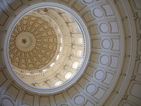 Взгляд снизу на купол.Звезда — символ Техаса.