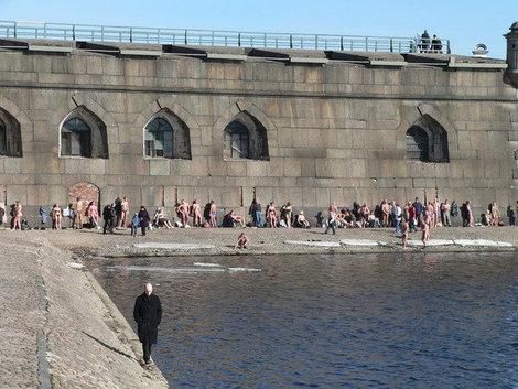 Пляжный сезон на Петропавловке начался в марте.