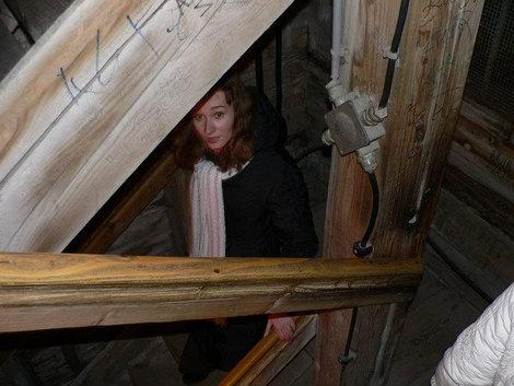 Узкая лестница вниз.
