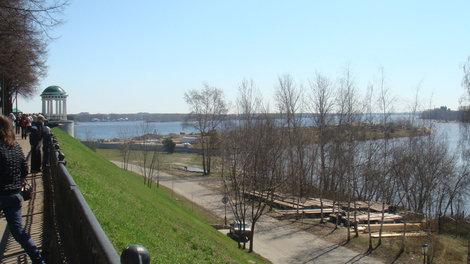 Вид на стрелку: вдалеке Волга, вблизи река Которосль