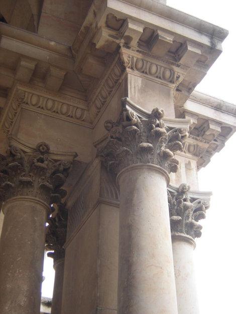 Колона над входом