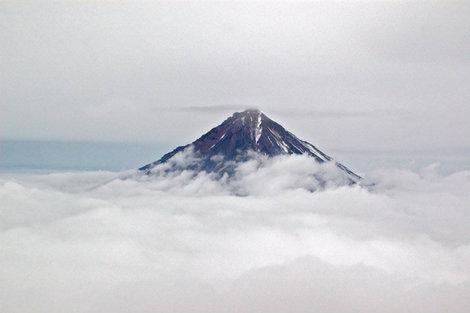 Корякский вулкан над облаками