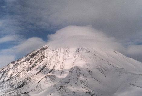 Корякский вулкан в пред дождевой шапке