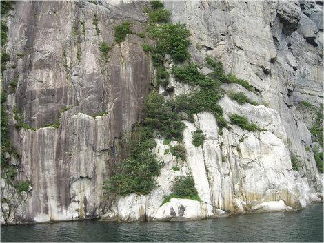 Сплошные скалы