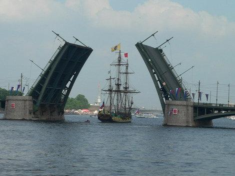Мосты разводят не только ночью, а еще и в день города.