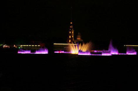 Вид с Исаакиевского собора на плавучий фонтан на Неве.