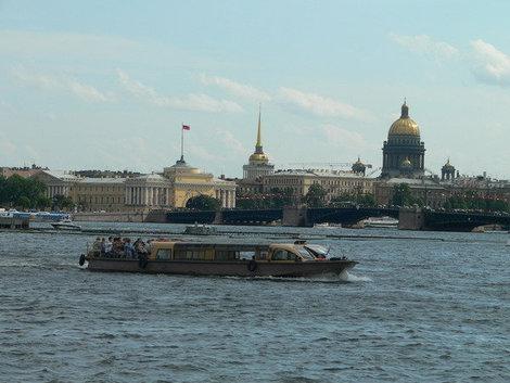 Покататься на катере по Неве — лучшее развлечение лета.