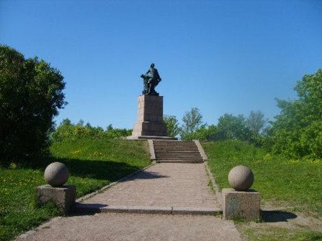 Памятник Петру Первому на Укрепленном острове.