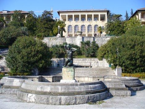 10. Начало лестницы на остановку «Приморье» от фонтана