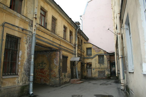 Один из дворов улицы Репина.
