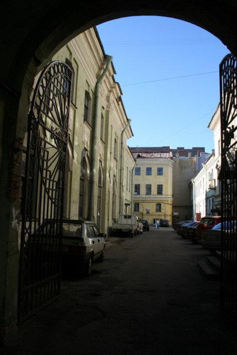 Вход во двор церкви.