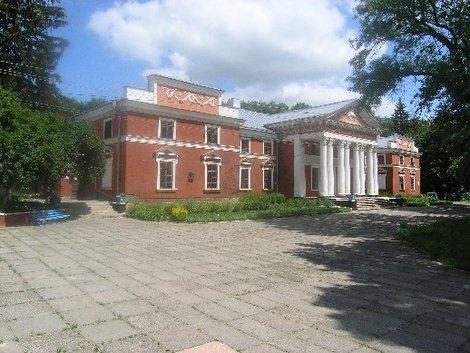 Парадный фасад имения Ганской