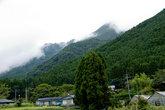Окрестности рёкана, гора Юфу в облаках