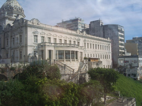 Здание рядом с лифтом, пример архитектуры старого города Pelorinho