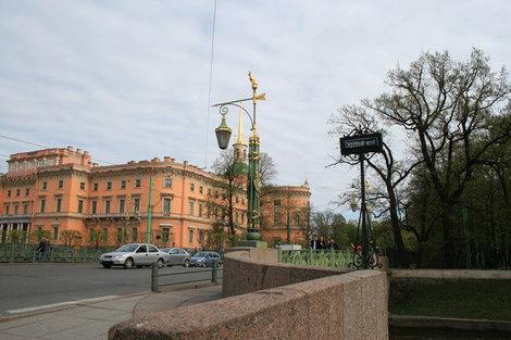 Вид на Михайловский замок с Садового моста.