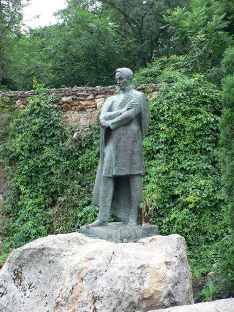 Памятник М.Ю.Лермонтову в курортном парке. Железноводск, Россия