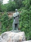 Памятник М.Ю.Лермонтову в курортном парке.