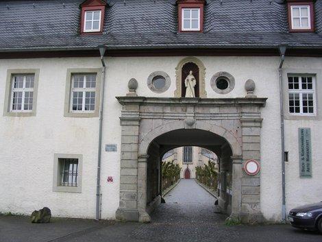 Ворота аббатства. Въезд запрещен