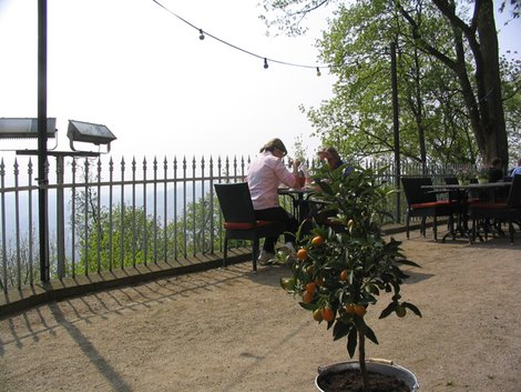 За дымкой-вид с горы из ресторана в замке