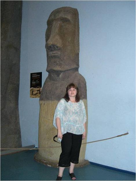Возле идола с острова Пасхи