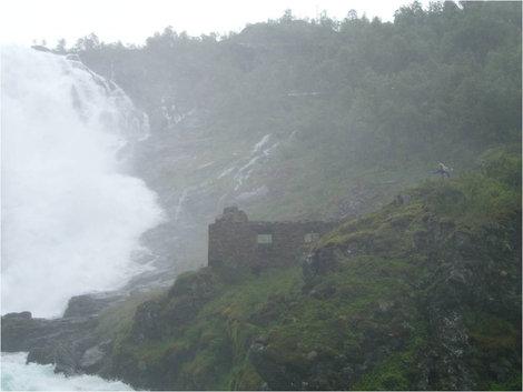 Хюльдра у водопада