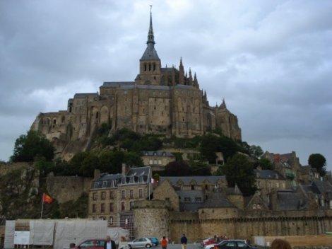 Знаменитый монастырь ближе.